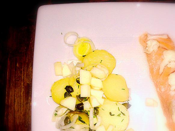 Laks 40 grader, lun potetsalat med eple ogpepperrotkrem