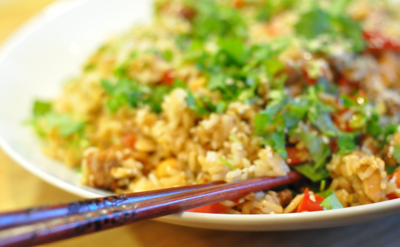 Enkel egg fried rice for en mandagettermiddag