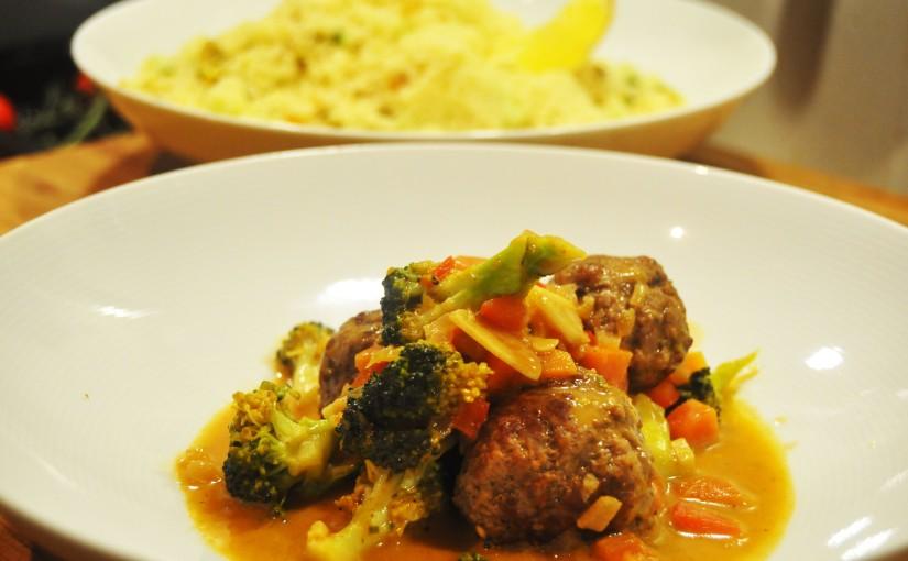 Kjøttboller med cous-cous, rosiner, pistasj, geitemelk oggrønnsaker
