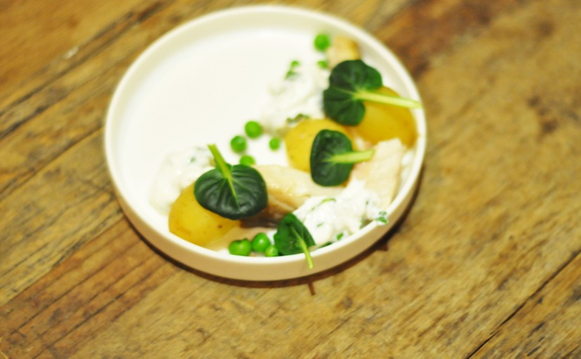 Røkt makrell med poteter, erter ogpersillerømme