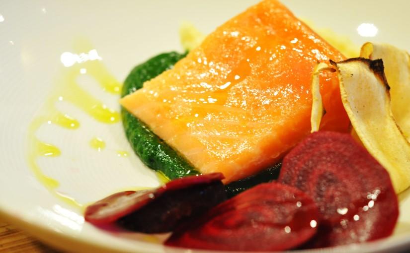 Sous vide laks med spinat puré, bakte og syltede rødbeter, pastinakk puré og ovnstektpastinakk