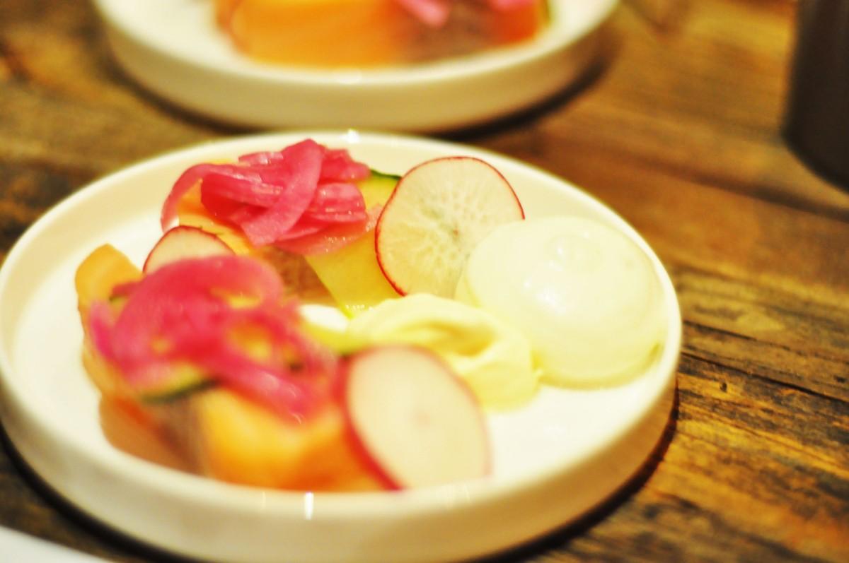 Syltet laks med syltede grønnsaker, rørosrømme med pepperrot og fennikelskum