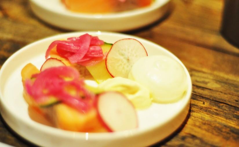 Syltet laks med syltede grønnsaker, rørosrømme med pepperrot ogfennikelskum