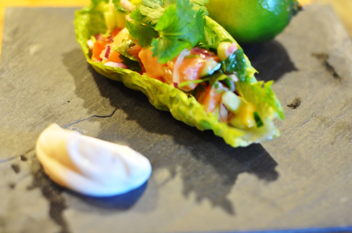 Superrask lime marinert laks (ceviche) med avakado, mango og tomatsalsa i salatblad