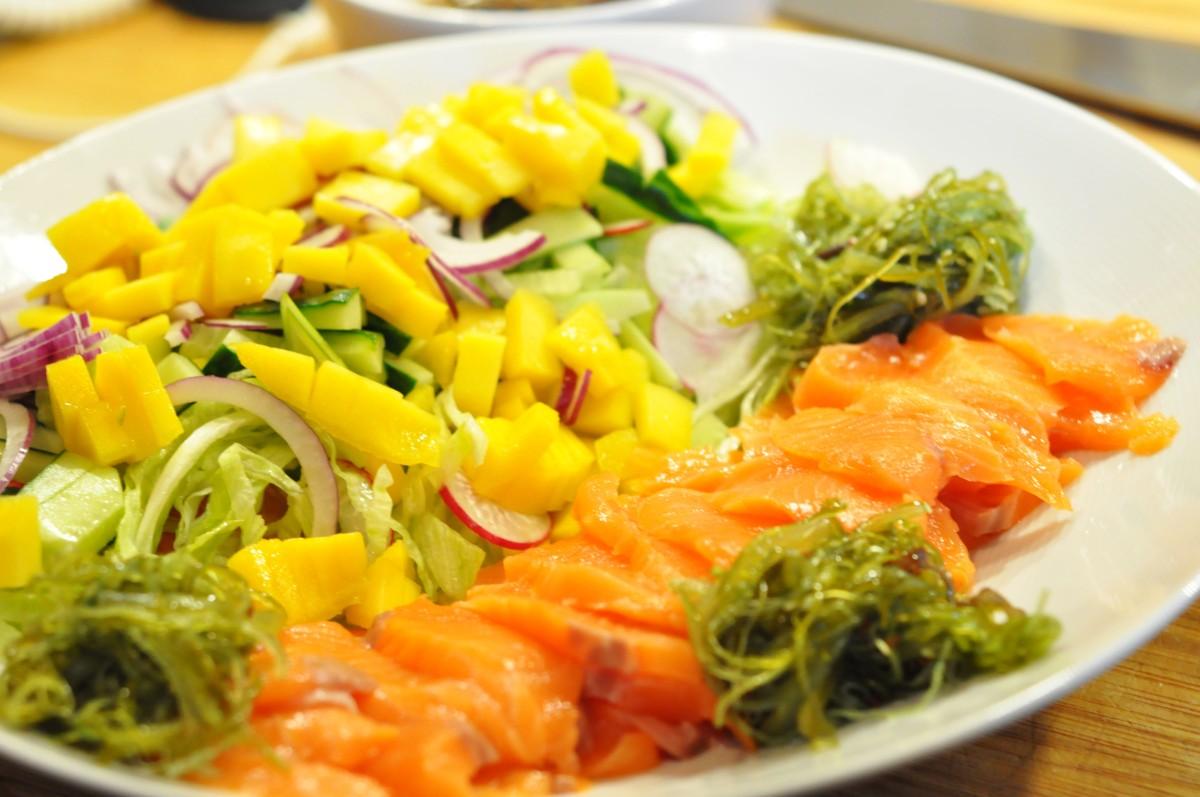Enkel og sunn sashimisalat med hjemmelaget ponzusaus