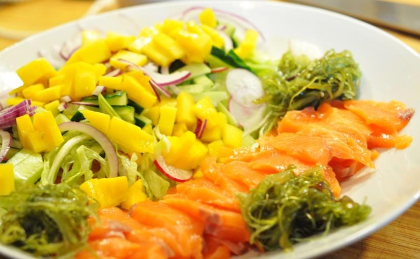 Enkel og sunn sashimisalat med hjemmelagetponzusaus