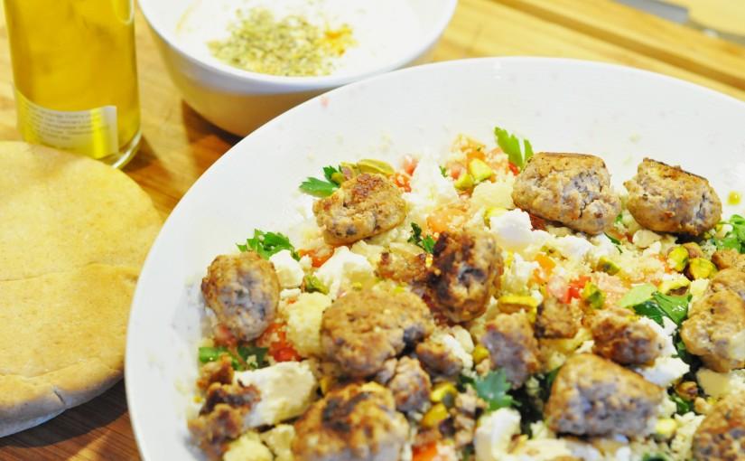 Cous-cous tabbouleh med granateple, pistasj og kjøttboller fylt medfeta