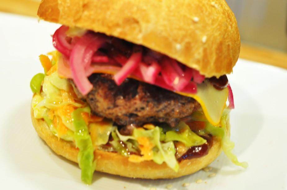 røyket hamburger med coleslaw, ridderost og hjemmelaget hamburgerbrød (4)