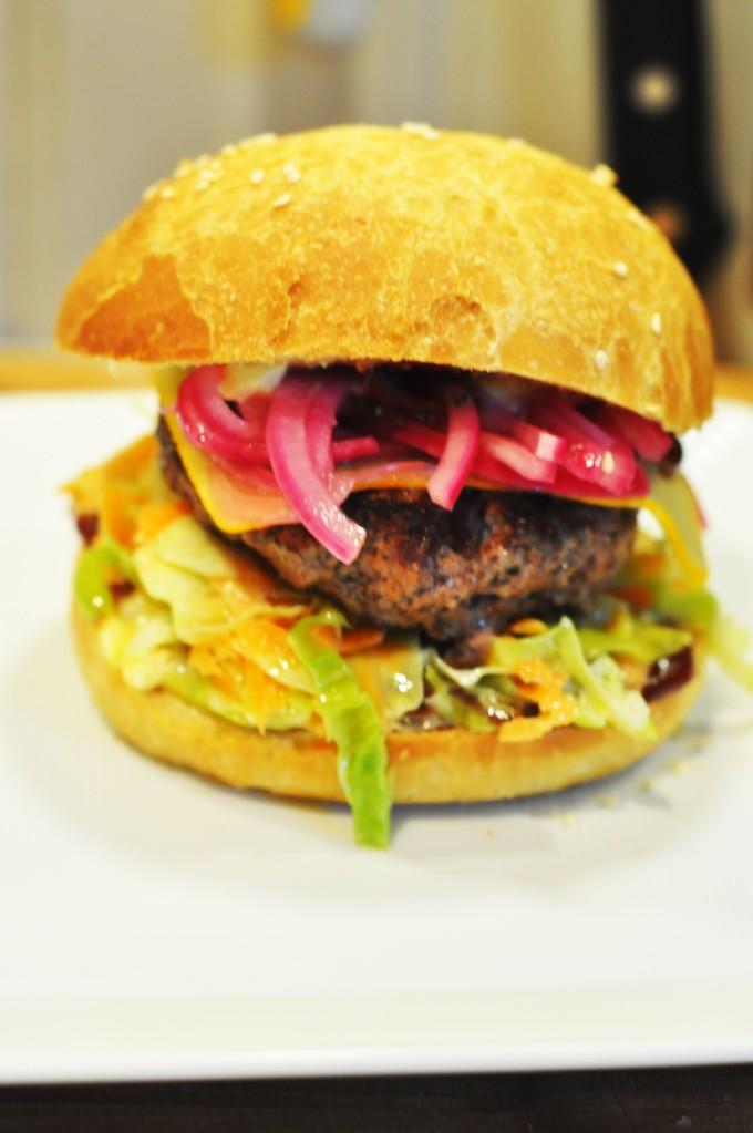 røyket hamburger med coleslaw, ridderost og hjemmelaget hamburgerbrød (7)