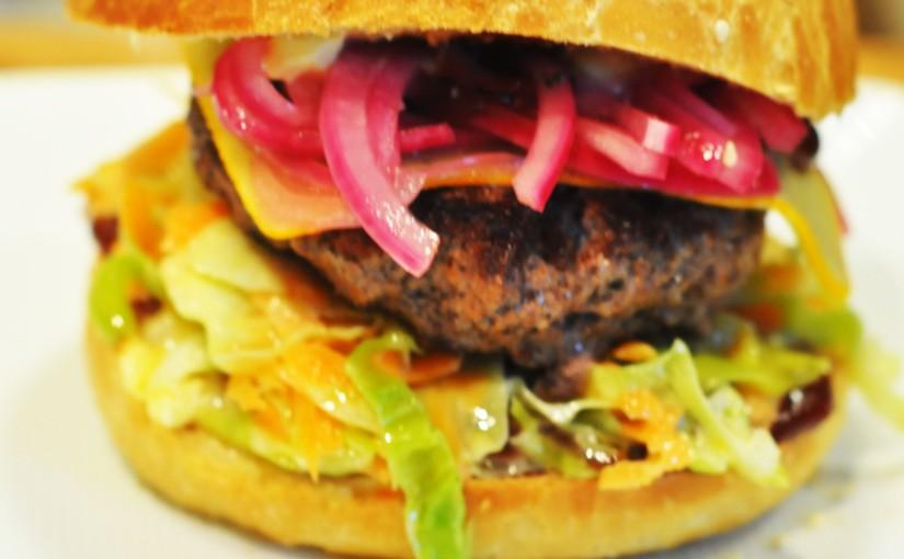 Røyket hamburger med coleslaw, ridderost og hjemmelagethamburgerbrød