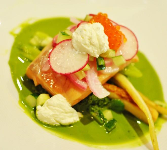 laks med grønnkål, syltet rødløk, sitronmarinert agurk, fetakrem, ørretrogn og pastinakk (2)