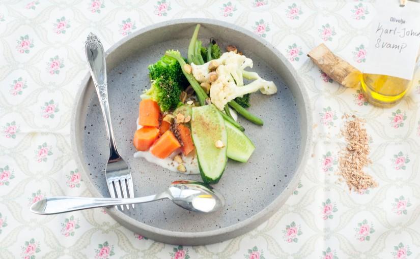 Lun grønnsakssalat med pepperrotyoghurt