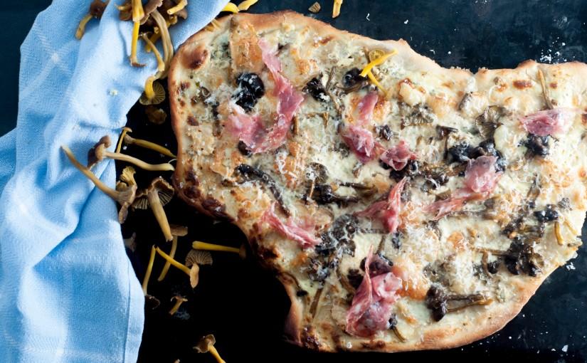 Hvit pizza med nyplukket traktkantarell ogtalleggio