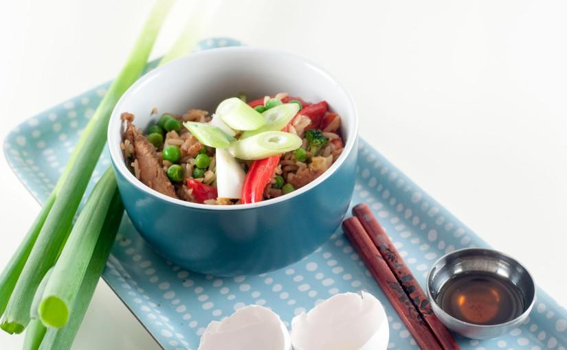 Egg fried rice av fullkornsris med kjøleskapsrester