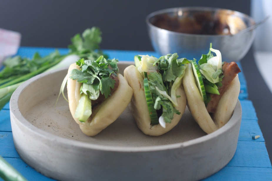 Steamed buns med grillet asparges og chili syltet nykål (105)
