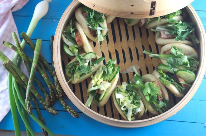 Steamed buns med grillet asparges og chili syltet nykål (35)