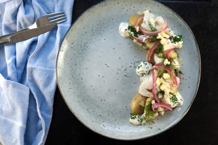 steinbitsalat med syltet rødløk og nypoteter (3)